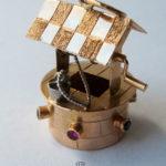 Anhänger Wasserbrunnen 720 Gold gestempelt farbiger Edelsteinbesatz bewegliche Kurbel aus Weißgold