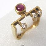 Geometrischer Ring 750 Gelbgold eckig mit Diamanten und Rubin