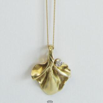 Zartes Collier 585 Gold mit Blütenblatt Anhänger 333 Gold weißer Stein