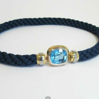 Collier blaue Kordel Bicolor Anhänger Weissgold Gelbgold mit blauem Topas